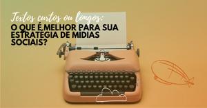 Imagem mostra uma máquina de escrever laranja sobre um fundo igualmente laranja. No canto superior esquerdo está o título deste post: Textos curtos ou longos: o que é melhor para usa estratégia de mídias sociais?