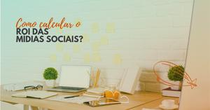 Imagem mostra uma mesa de trabalho com um laptop, cadernos, mouse, tablet, lápis e vasos pequenos. No canto superior esquerdo está o título deste post: Como calcular o ROI das mídias sociais?
