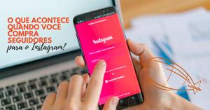 Foto mostra as mãos de uma pessoa segurando telefone celular. Na tela se vê a tela de login do Instagram. No canto superior esquerdo da foto está escrito: O que acontece quando você compra seguidores para o Instagram?