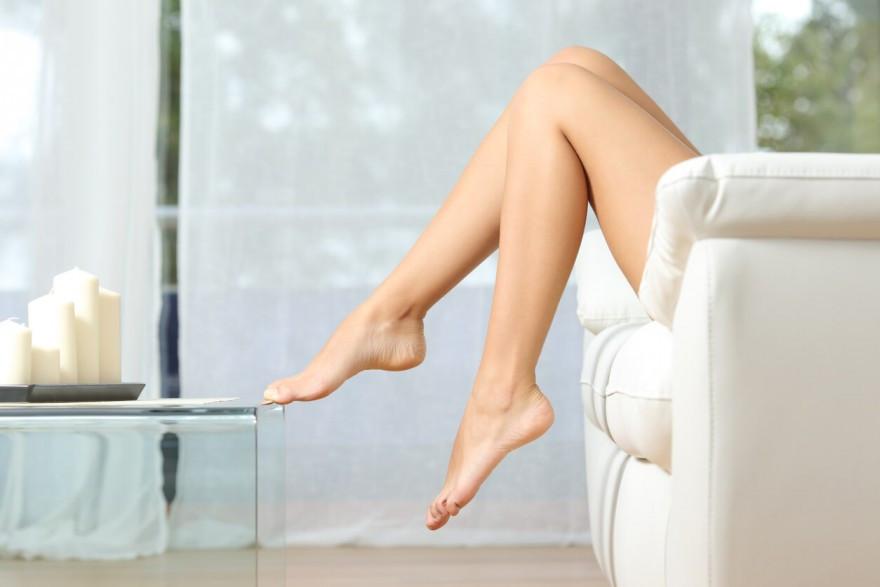 Imagem com foco em pernas femininas após depilação a laser