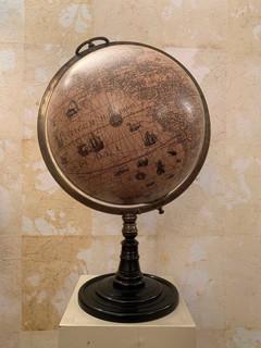 Misure Ø 30cm x  h 55cm Mappamondo  Base in legno struttura ottone carta pergamena sfera.  150 Euro