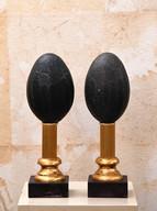 Misure  l 4 x p 4  x h 29    Oggetti decorativi impero con uova     di struzzo australiano - Pezzo raro    Marmo nero e metallo dorato