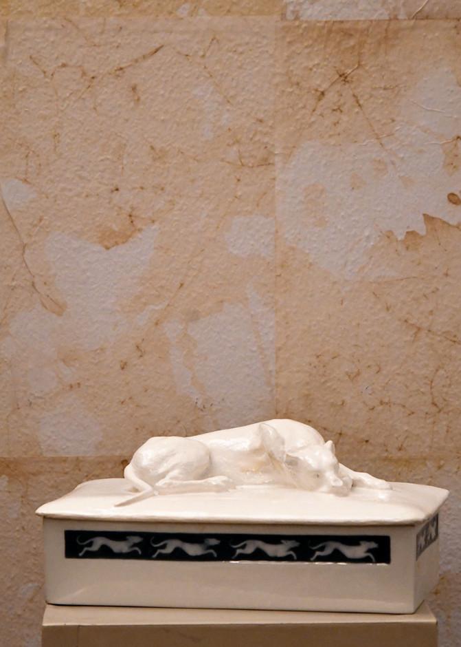 Misure 24 x 14 Scatola con cane epoca 900'Porcellana e smalto