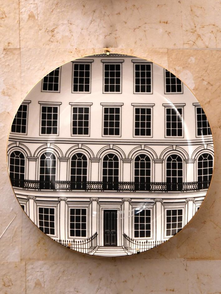 Misure Ø 27    Piatto con motivo architettonico    Ceramica