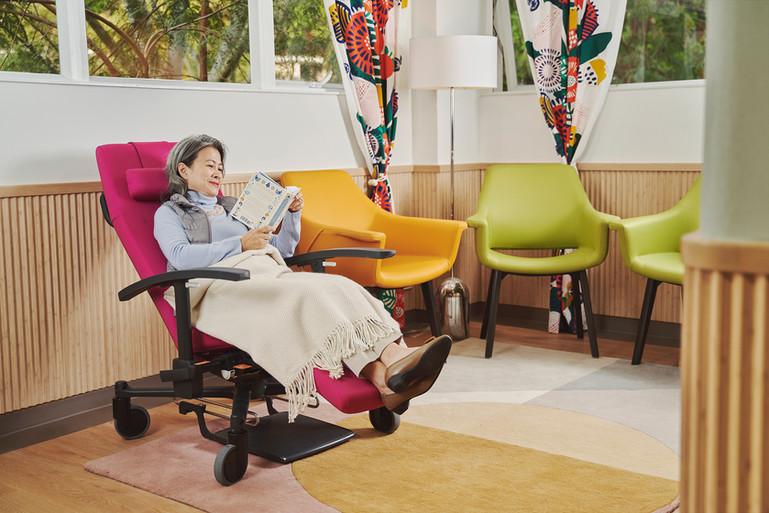 樓層大廳及比利時Moments Furniture電動護理高背椅