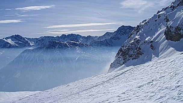 Formazione di nebbia sui monti