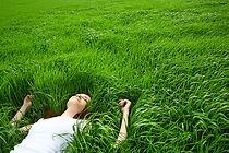 Meisje dat in gras