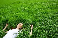 Fille couchée dans l'herbe