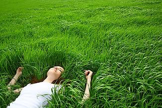 Mädchen im Gras liegen