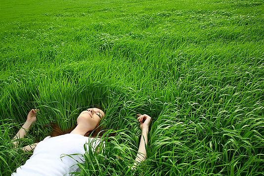 Девушка, лежа в траве