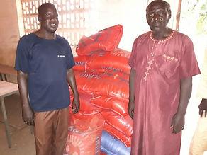 Senegal_Säcke_2_Männer.jpg
