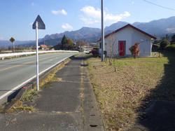 前面道路の県道28号線(進入路付近から)