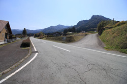 東側の村道と分譲地入口