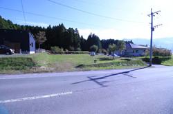 前面道路から見た敷地全体と南側の風景
