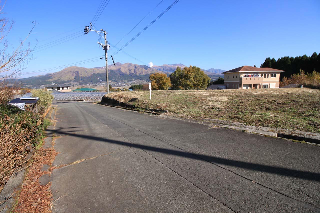 西側の村道と敷地への進入口