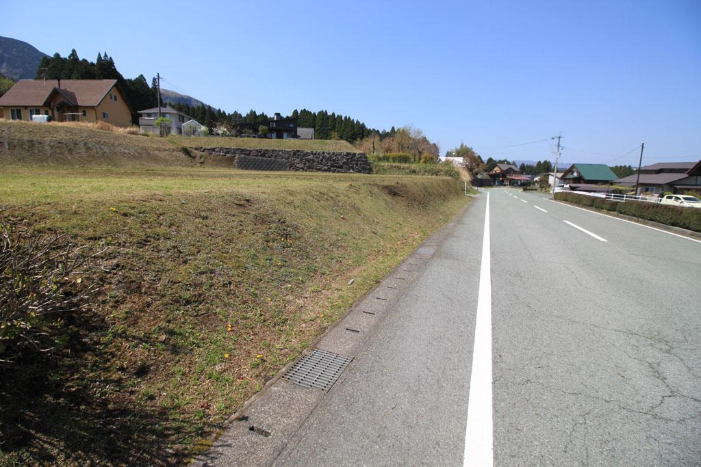 東側法面と前面道路