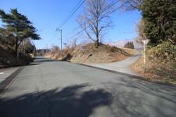 南側の広域農道と進入口