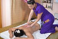 Thailänderin massiert Frau mit ätherischen Ölen