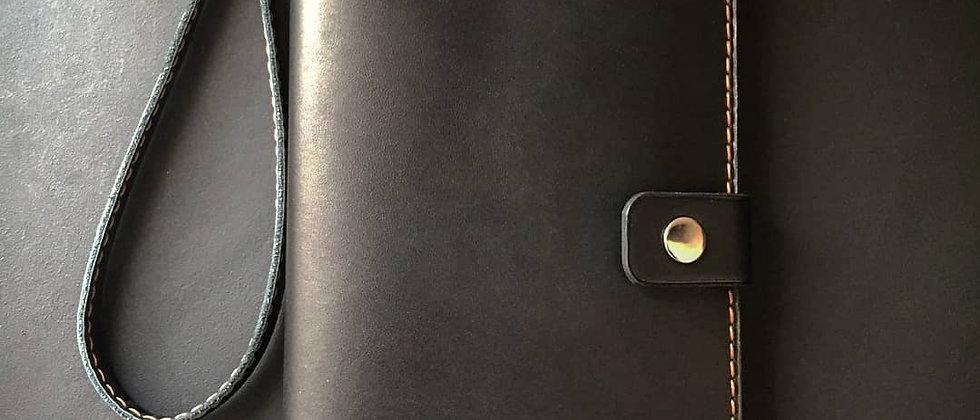 Большой клатч на кнопке с ремешком и гравировкой (чёрный)
