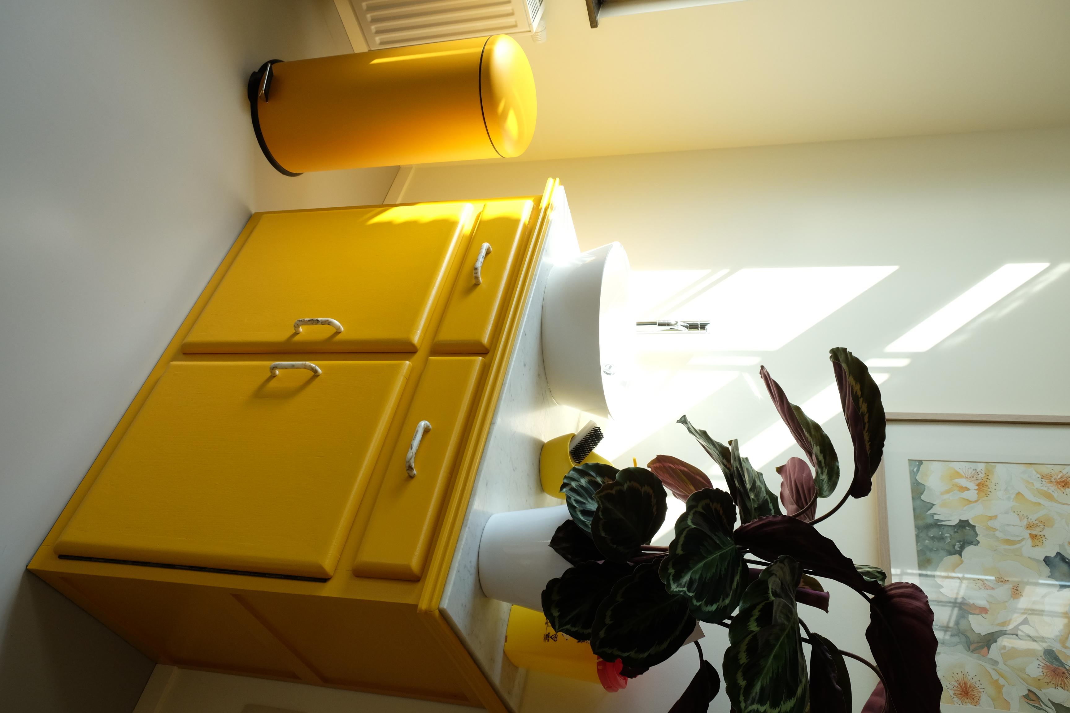 Meuble-lavabo jaune