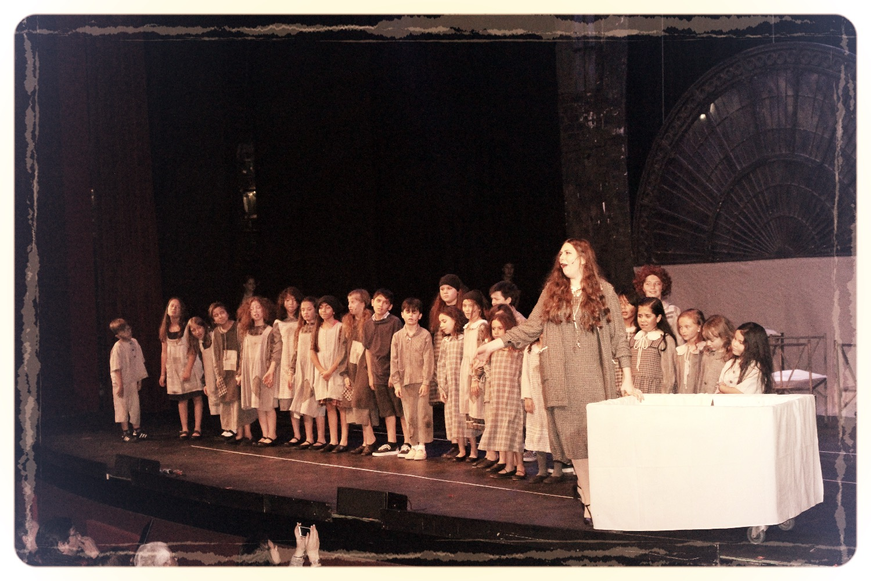 Hannigan y los niños del Orfanato