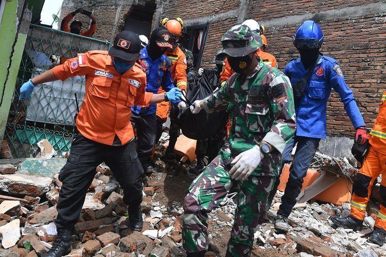 Tim SAR gabungan mengevakuasi jenazah korban gempa bumi magnitudo 6,2 di Mamuju, Sulawesi Barat, Sabtu (16/1/2021). ANTARA FOTO/Sigid Kurniawan/rwa.(ANTARA FOTO/SIGID KURNIAWAN)