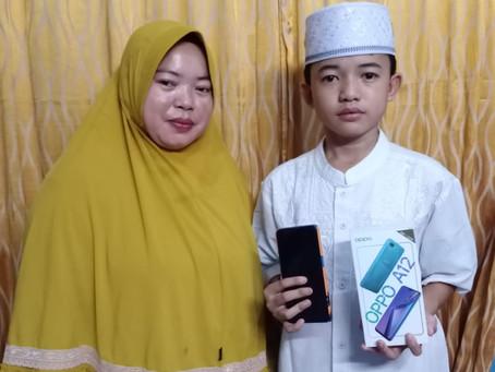 Berkat Handphone Bantuan Donatur LAZISNA, Oji dkk Tetap Bisa Mengikuti Sekolah