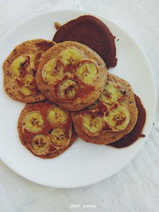 Panquecas de banana caramelizada