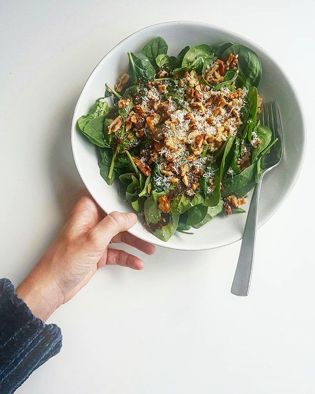 Spinach roasted walnut salad