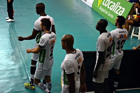 Atletas do Minas acompanhando o jogo