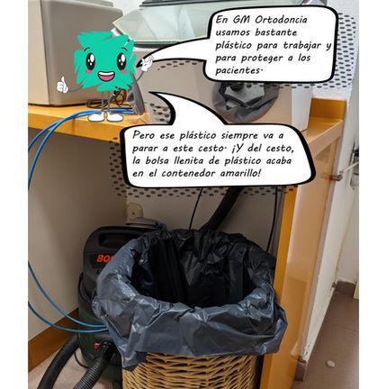Blue la mascota de GM Ortodoncia explicando el proceso de reciclaje de la clínica