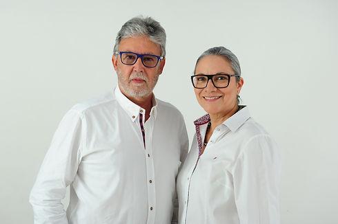 Dr.Palomares y Dra.Carina de GM Ortodoncia en algeciras sonriendo