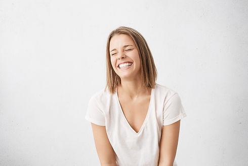 Chica rubia sonriente con dientes perfectos