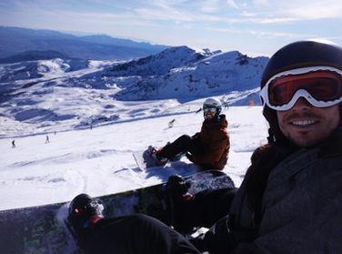 Pacientes de GM Ortodoncia haciendo snowboard en sierra nevada