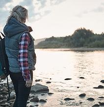 Kobieta nad jeziorem