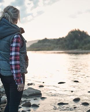 Женщина у озера