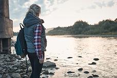 Femme au bord du lac