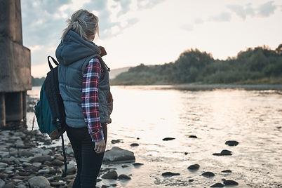 Vrouw aan het meer