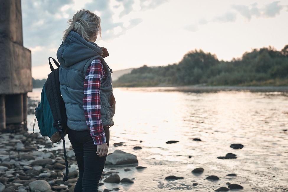 Mujer por el lago