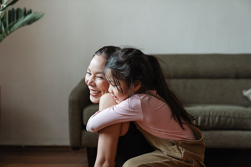 photo-of-girl-hugging-her-mom-4473602.jp