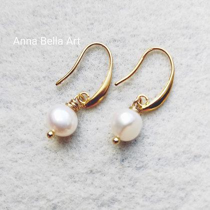 Anna Line zoetwaterparel oorbellen - Wit - goudkleur