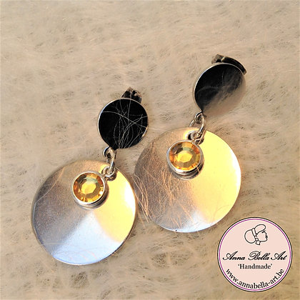 Anna oorbellen -Ronde zilveren schijfjes met goudkleurige kristalparel