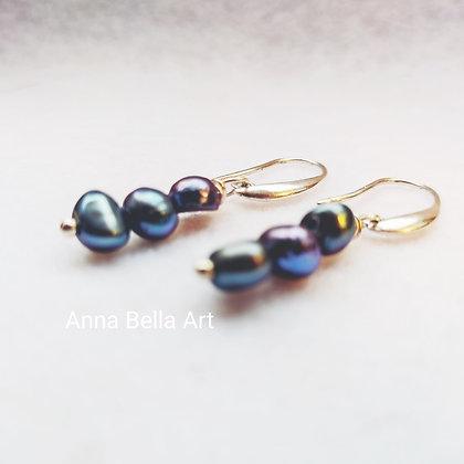 Anna Line zoetwaterparel oorbellen - antraciet