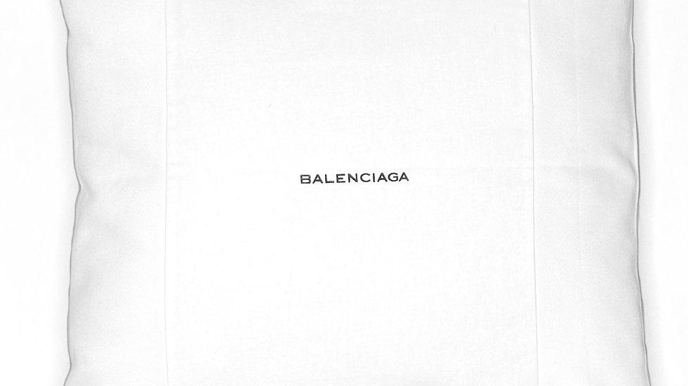 Coussin upcyclé Balenciaga blanc