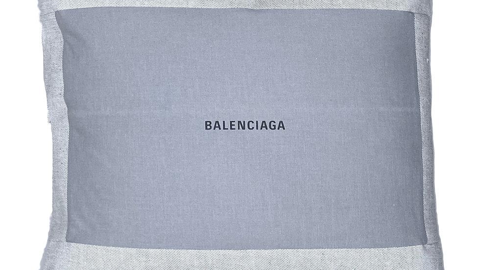 Coussin upcyclé Balenciaga gris