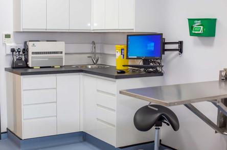 Farnham-Vet-Hospital-equipm-room-2--2015