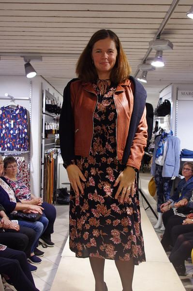 Tina i blomstret kjole og casual skindjakke