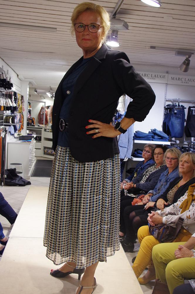 Lis i klassisk stilfuld nederdel og jakke