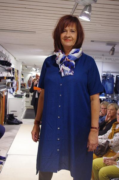 Anette i smuk blå skjortekjole!