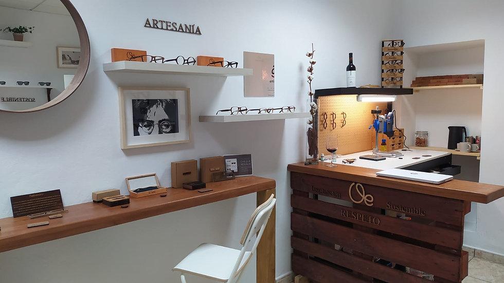 Tienda de gafas de madera